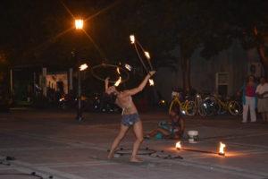 Danseuse du feu à Mallory Square à Key West